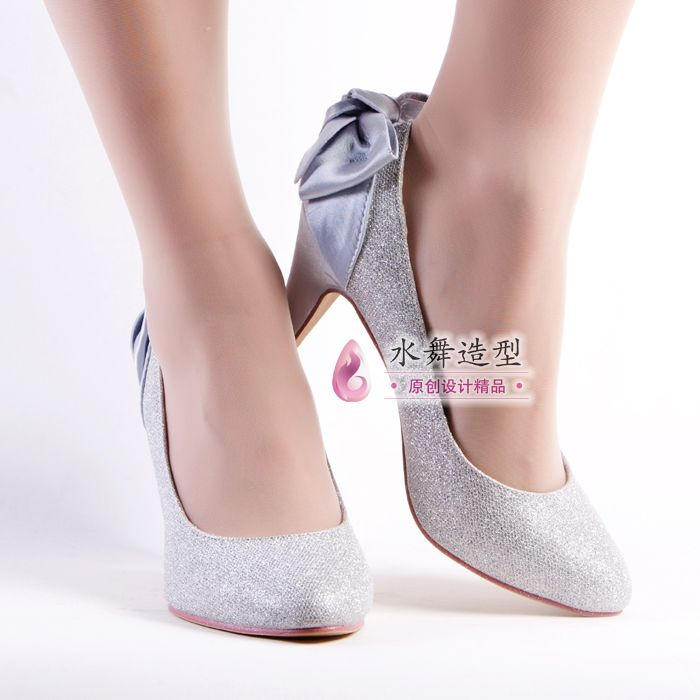 I love these shoes with the bows for the bride maids. :)