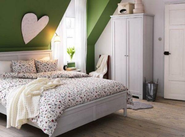 Schlafzimmer Mit Dachschräge Grüne Akzentwand Schrank