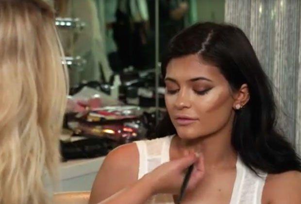 Kylie usa um tom de base mais escuro para fazer o contorno (Foto: Reprodução)