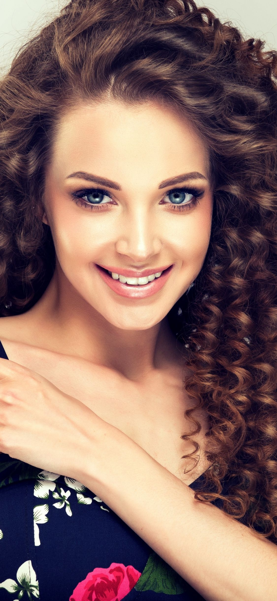 Smile Woman Model Curly Hair Brunette 1125x2436 Wallpaper Curly Hair Styles Beautiful Women Faces Hair Beauty