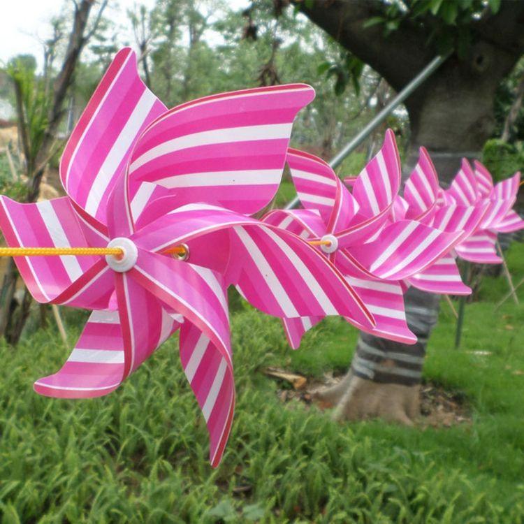 Moulin A Vent En Papier Colore En Rose Vif Et Blanc Neige Avec Images Moulin A Vent Idees Guirlande Decor Diy