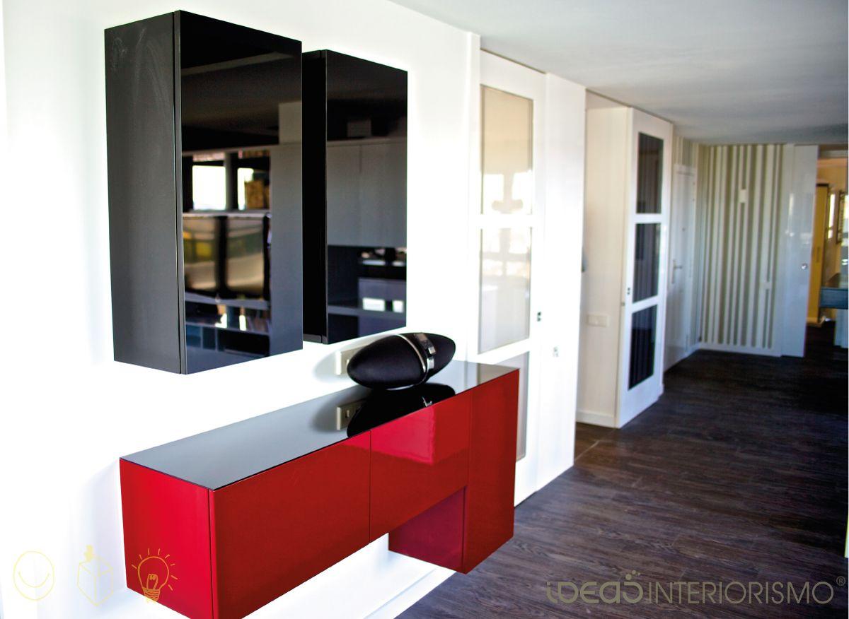 Mueble lacado en rojo y columnas en cristal lacobel negro de la zona del sal n interiorismo - Mueble salon rojo ...