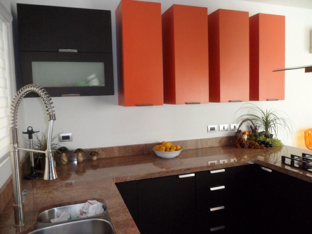 Cocina moderna color chocolate con naranja atrevete a - Cocinas color naranja ...