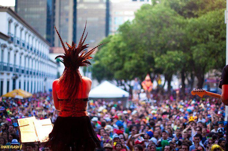 No próximo sábado, a partir das 22h, a pegada rock'n roll se une ao ritmo do samba no ensaio aberto do Bloco Cru que acontece no Arco do Teles, no Centro do Ri