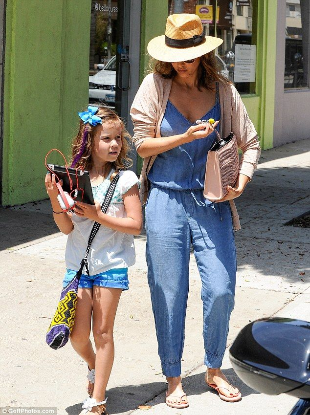 Jessica Alba nails off duty chic as hangs out with her daughter ...
