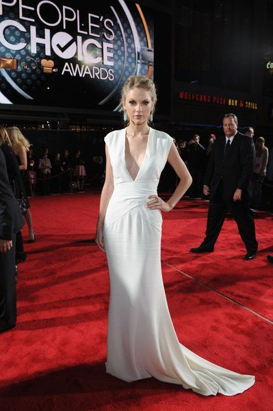 Taylor Swift @ the people's choice awards in a Ralph Lauren gown with Christian Louboutin shoes, Sutra earrings and a ring by Le Vian.