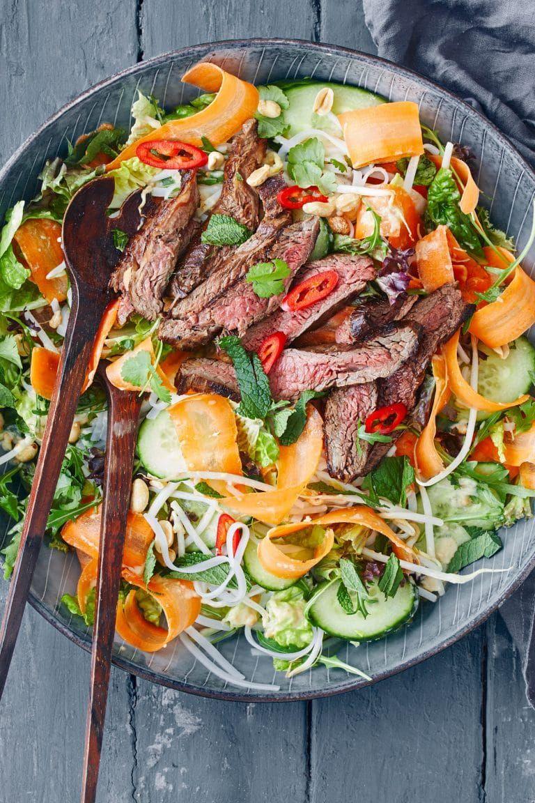 Thai salat med oksekød og peanutdressing - Opskrift på asiatisk salat