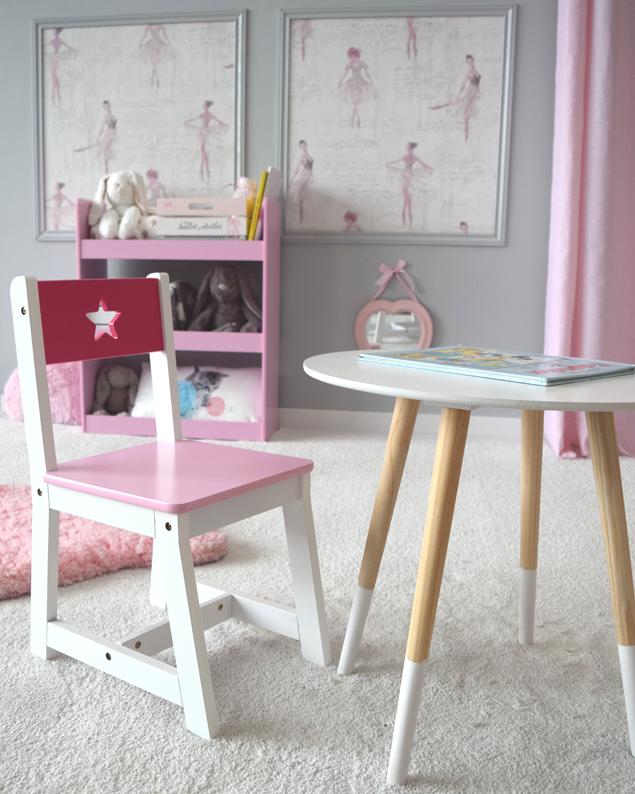 Petite Table De Style Scandinave Et Petit Chaise Rose Superbe Chambre D Enfant Table Et Chaise Enfant Deco Chambre Enfant Salle De Jeux Enfants