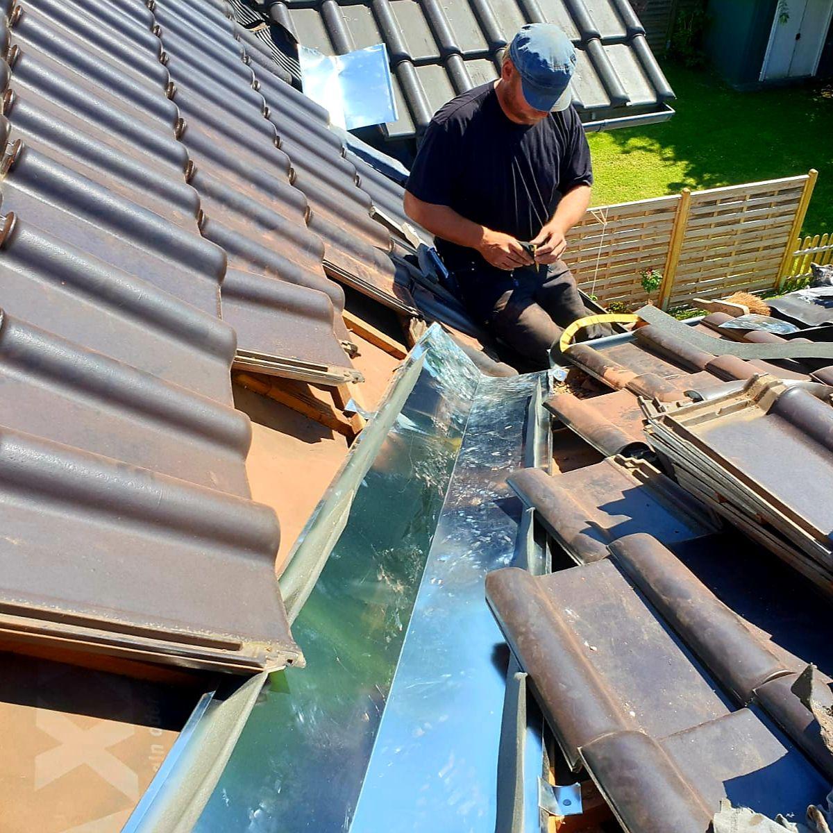 Sie Haben Ein Dach Schaden Wir Helfen Ihnen Reparatur Wartung Dachreparatur Dach Reparatur