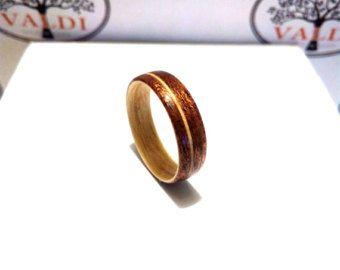 Anello di legno. Anello di legno curvato. Anello di legno artigianale. Legno di noce e acero