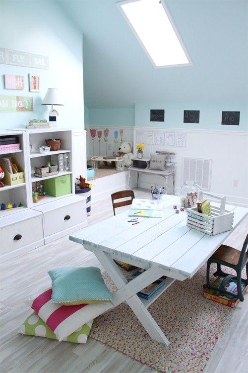 โต๊ะไม้สีขาว วางเด่นอยู่กลางห้อง ใช้สำหรับทำกิจกรรมต่างๆ