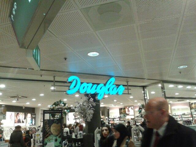 Douglas is een heel bekend en opvallend logo. Het straalt frisheid uit.