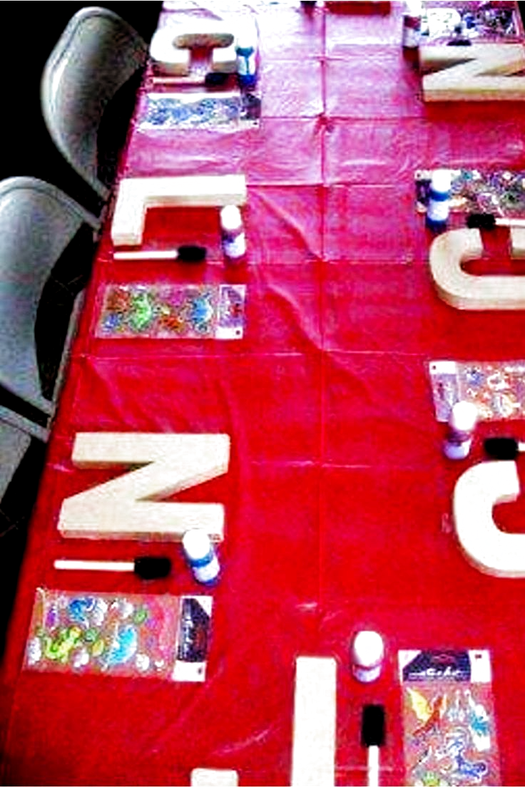 Birthday Party Idea - Basteltisch für Kinder zum Bemalen von Holzbuchstaben ... #Basteltisch #Bemalen #birthday #für #Holzbuchstaben #Idea #Kinder