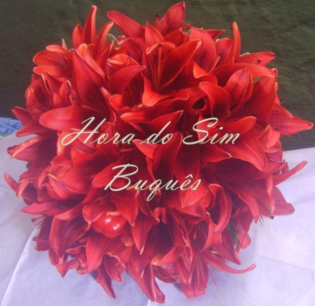 Buquê de noiva em lírios vermelho e pimentas