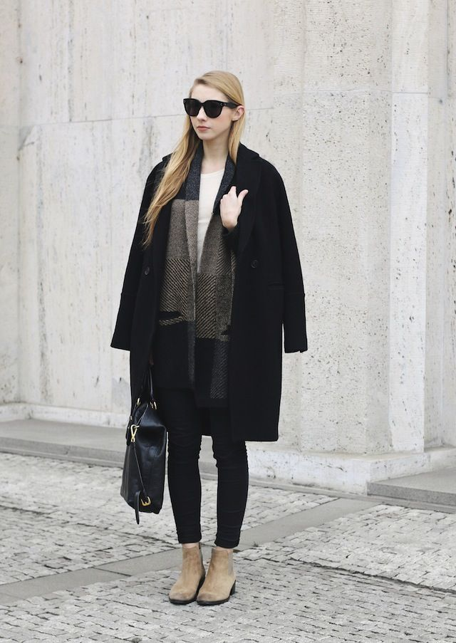 5dba516c4a76 Winter Outfit Ideas: Pavlína Jágrová is wearing a H&M coat, Topshop skinny  jeans and beige chelsea boots