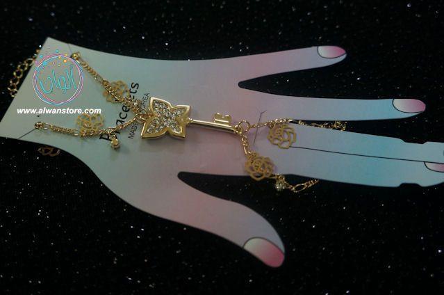 اسوارة كف خاتم شكل المفتاح مع وردة شانيل تشبك باصبع اليد والمعصم بسيطة وتضفي على مظهرك ستايل جذاب ومميز احرصي على ابعاد الاكسسوار Ring Bracelet Rings Jewelry