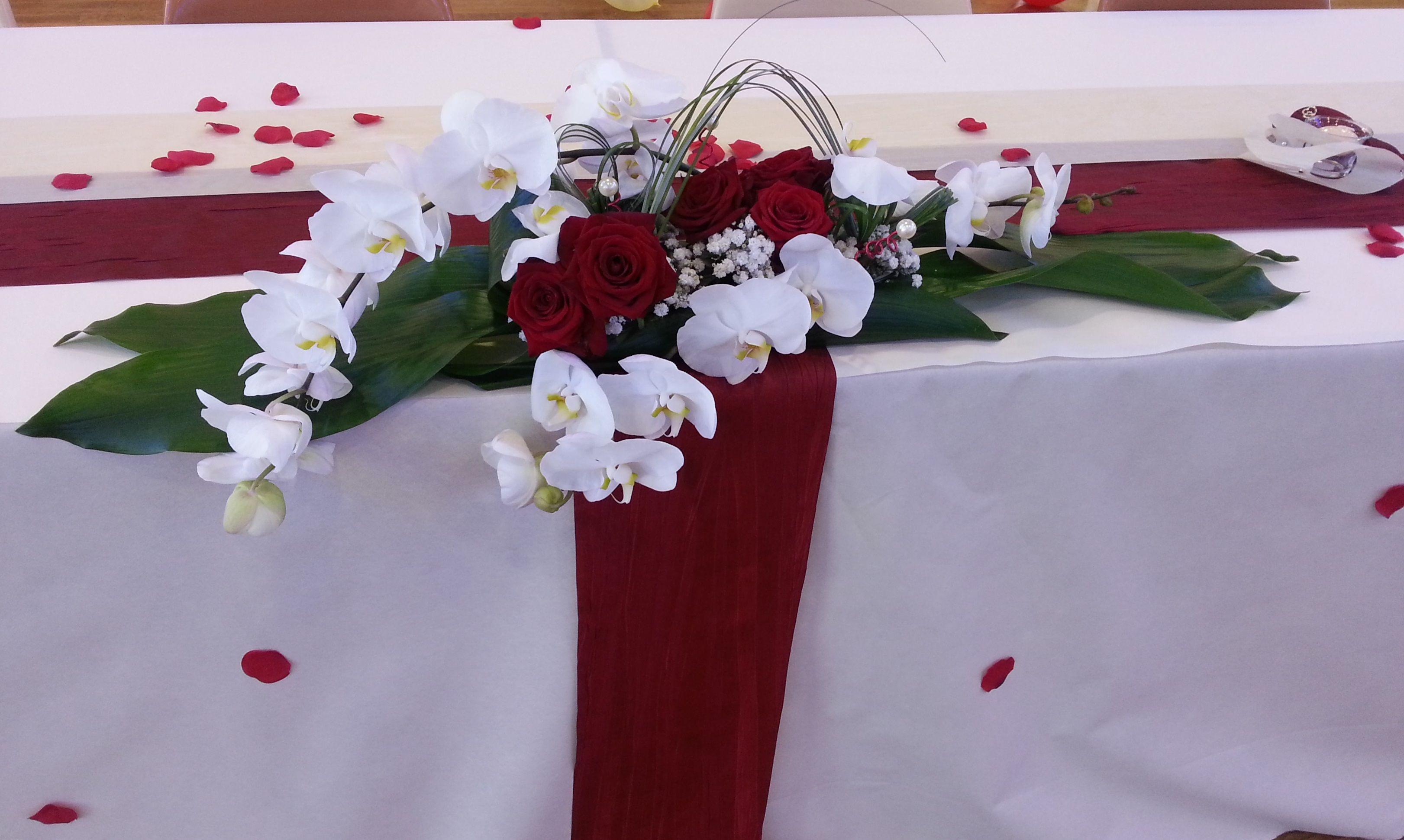 Centre de table roses rouges et orchid es d co mariage pinterest centres de table rose - Centre de table mariage rouge et blanc ...
