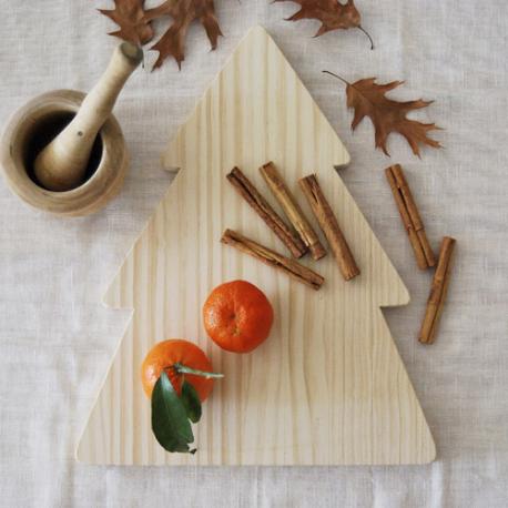 Tabla para cocinar hecha a mano en España. De madera de pino y con forma de corazón. Diseño original y decoración para tu hogar. Medidas 30x30 cm.