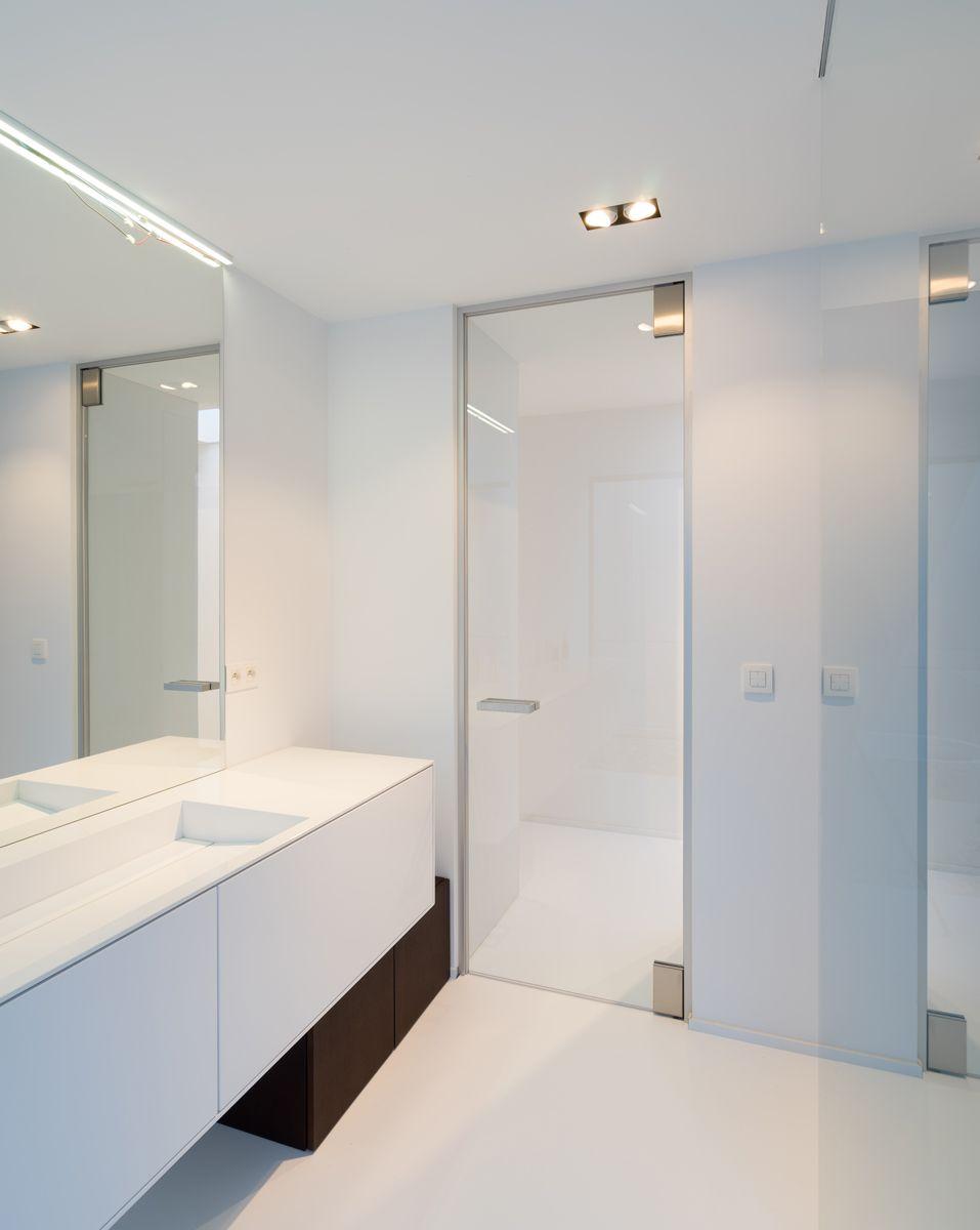 Heldere glazen deur op maat van Anyway Doors tussen badkamer en ...