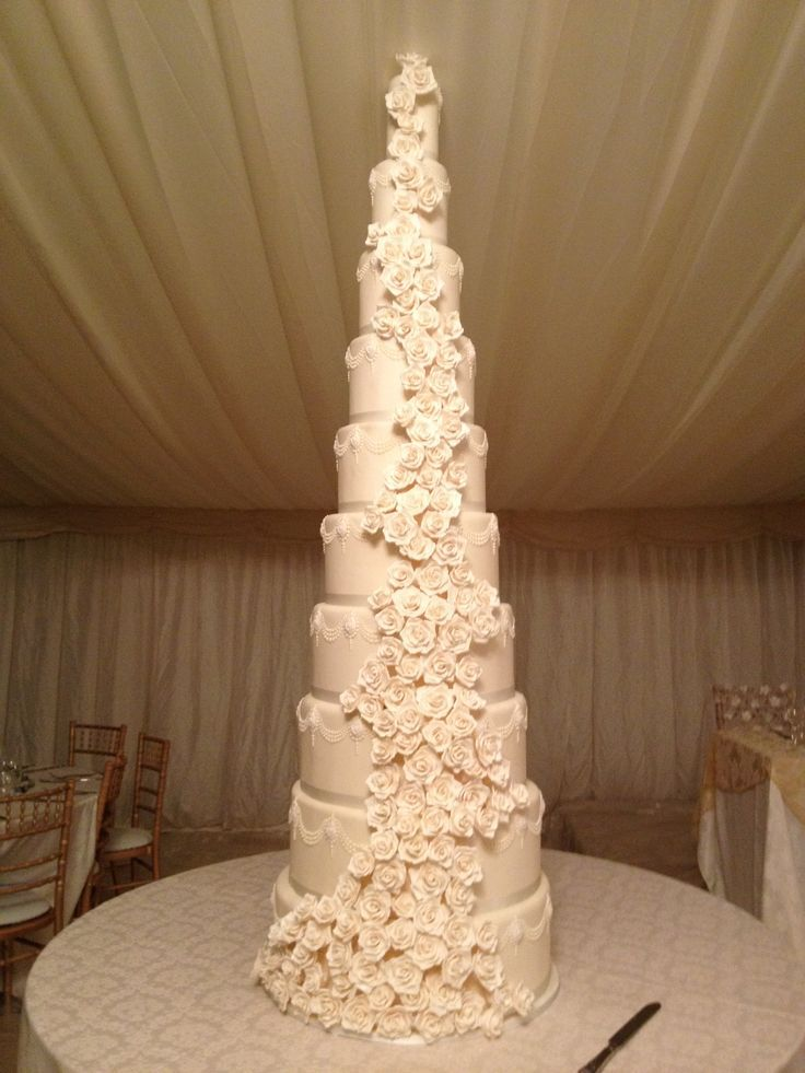 This Wedding Cake Is Obviously Meant For A Big Wedding But Also Very Traditional With The Roses Large Wedding Cakes Tall Wedding Cakes Beautiful Wedding Cakes