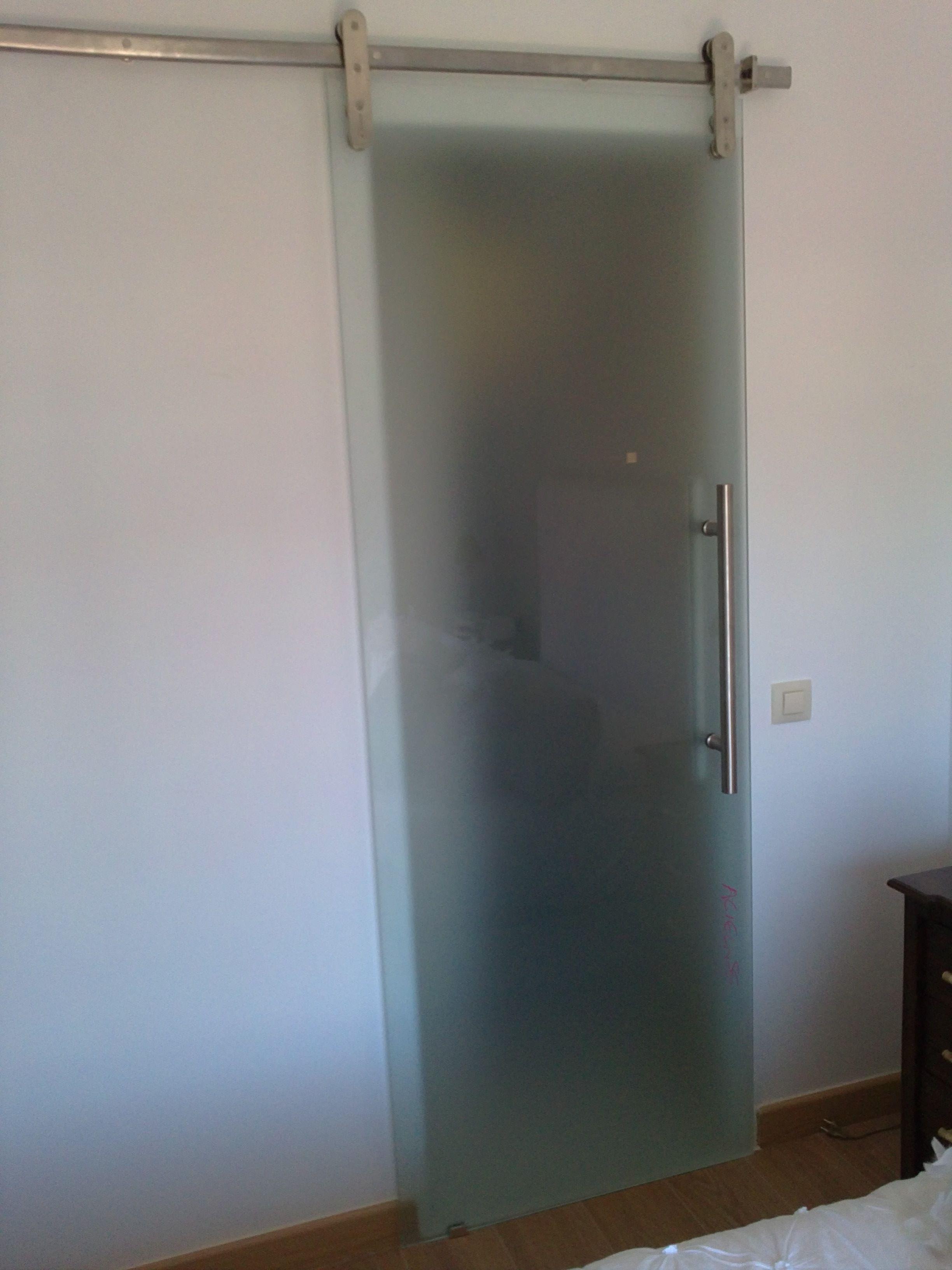 Puerta de cristal templado con sistema de corredera con gu as de acero inoxidable puertas - Puerta empotrada corredera ...