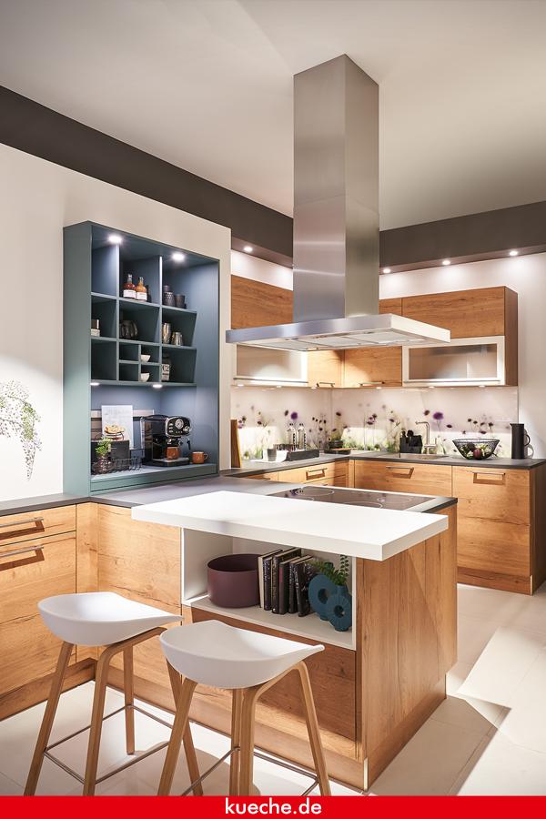 Ist die Küche zu klein, passt nicht unbedingt eine ganze Kücheninsel rein. Eine halbe Kücheninsel aber schon! Dabei wird eine Seite der Insel an eine Wand oder an einen Bereich der Küchenzeile gestellt. So hat man die Vorteile einer Insel, z.B. dass man einen Bartresen anbringen kann. #kueche #mhkkueche #küche #küchen #küchendesign #kücheninspiration #kitchen #kitchendesign #kitcheninspiration #homedecor #homedecorideas