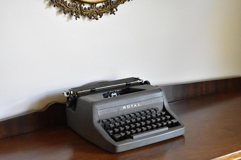 Original Case 100/% Functional Royal Commander Manual Typewriter Working Typewriter Comes with Fresh Ribbon
