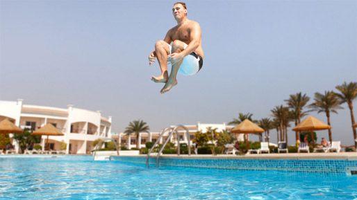 Resultado de imagem para pulando na piscina
