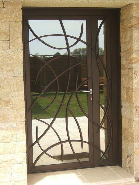 L 39 art de fer conception sur mesure de portes d 39 entr e profil m tal vannes bretagne for Grille fenetre fer forge moderne