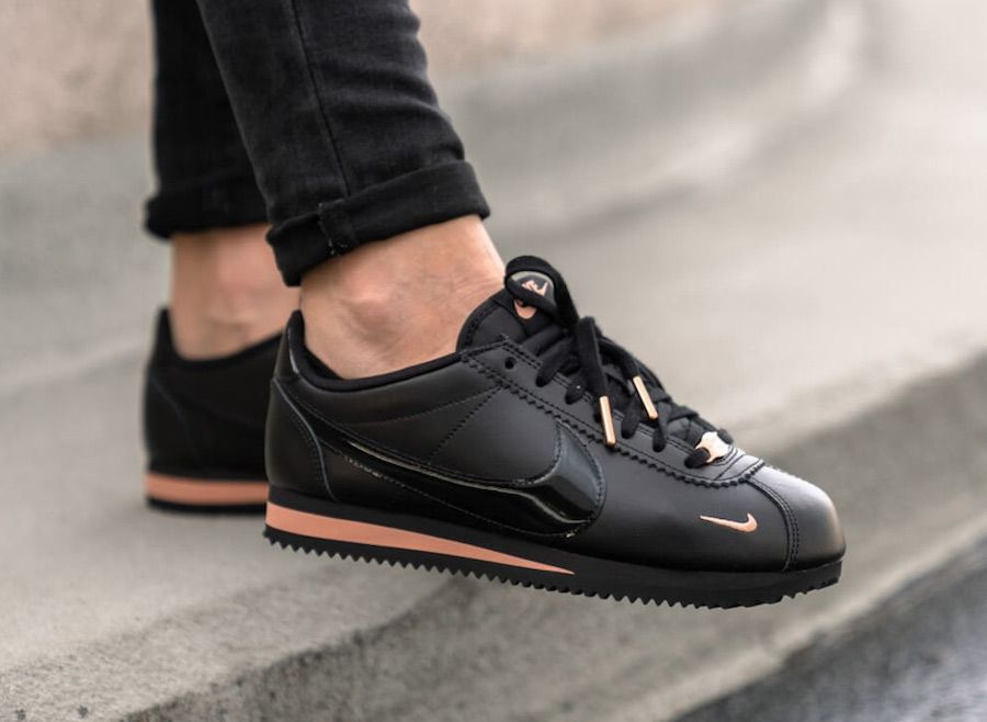 Nike Cortez Black Rose Gold 905614 010 Is A Women S Exclusive Release Features Black Leather And Patent Nike Shoes Blue Nike Cortez Black Nike Shoes Outfits