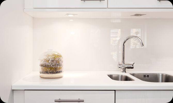 witte glaswand als keuken achterwand wohnen mit glas pinterest glas k che und wohnen. Black Bedroom Furniture Sets. Home Design Ideas