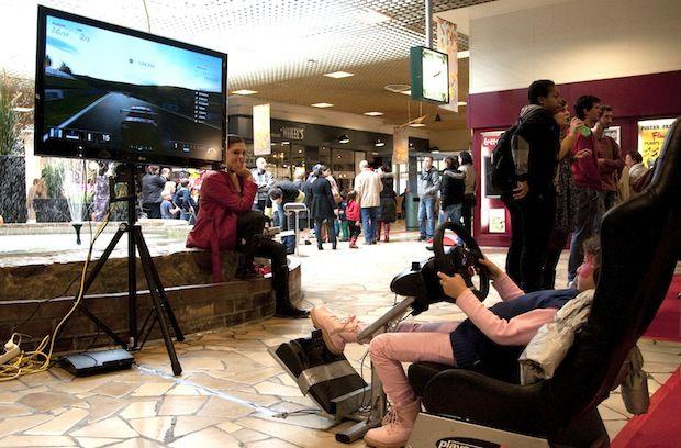 De Kids & Gaming Days in het Genkse Shopping Center 1 liet kinderen en ouders op het druilerige weekend van 13 en 14 oktober kennis maken met een nieuwe wereld van (interactieve) spelletjes. Terwijl de ouders zich verbaasden over al dat digitale geweld, leefden de kinderen zich virtueel uit.