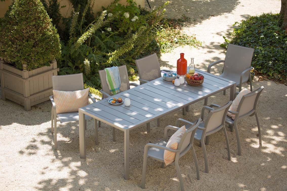 Dejeuner Sous Les Tilleuls Un Esprit Provencal Pour Ce Salon De Jardin Confortable Et Elegant Outdoor Ja Mobilier Jardin Salon De Jardin Mobilier Exterieur
