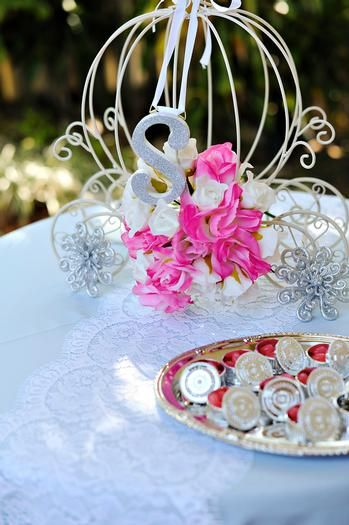 5f626e8a12 Your carriage awaits . . . LOVE this centerpiece for princess party ...