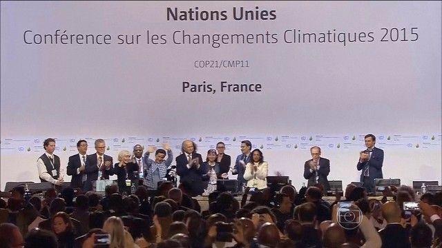 Países assinam acordo histórico sobre clima em Paris.