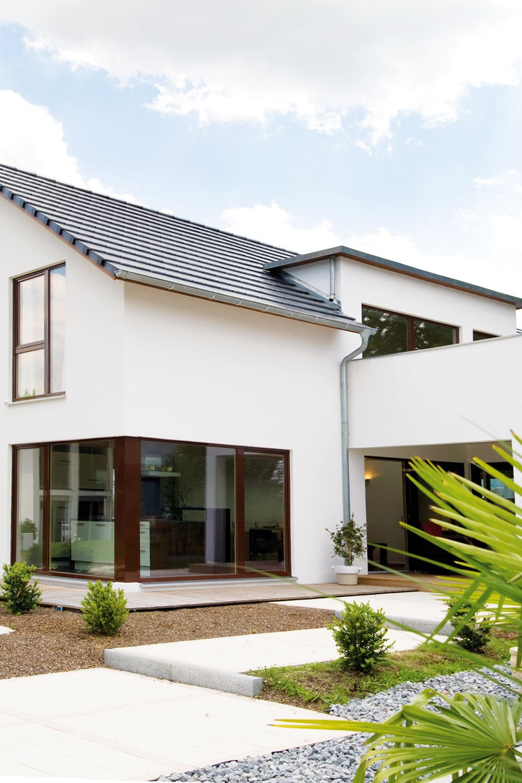 Moderne Fassade mit Eckverglasung Musterhaus LEHNER HAUS