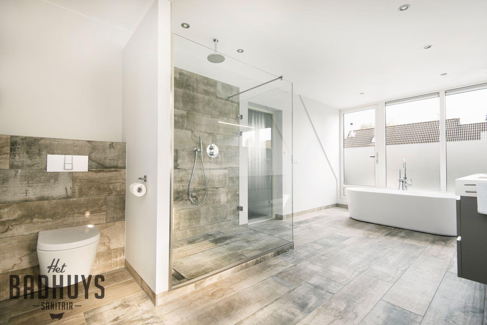 Ruime badkamer met vrijstaand bad en inloopdouche, stucwerk ...