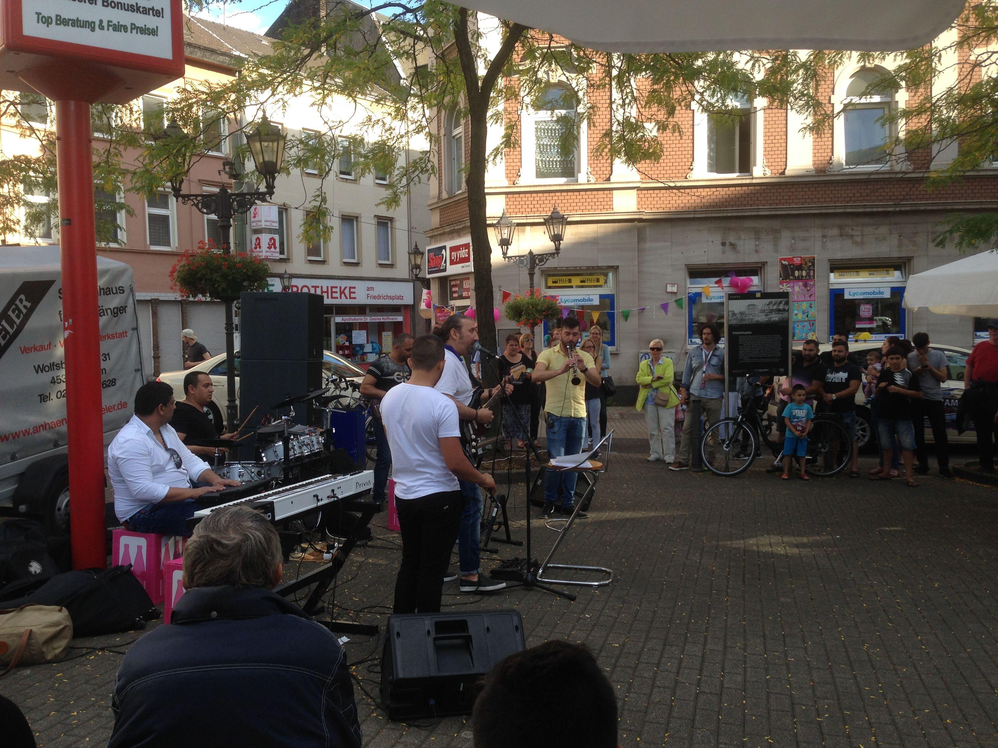 musik vorm shop2go am friedrichsplatz in duisburg ruhrort am 1 tag der trinkhallen. Black Bedroom Furniture Sets. Home Design Ideas