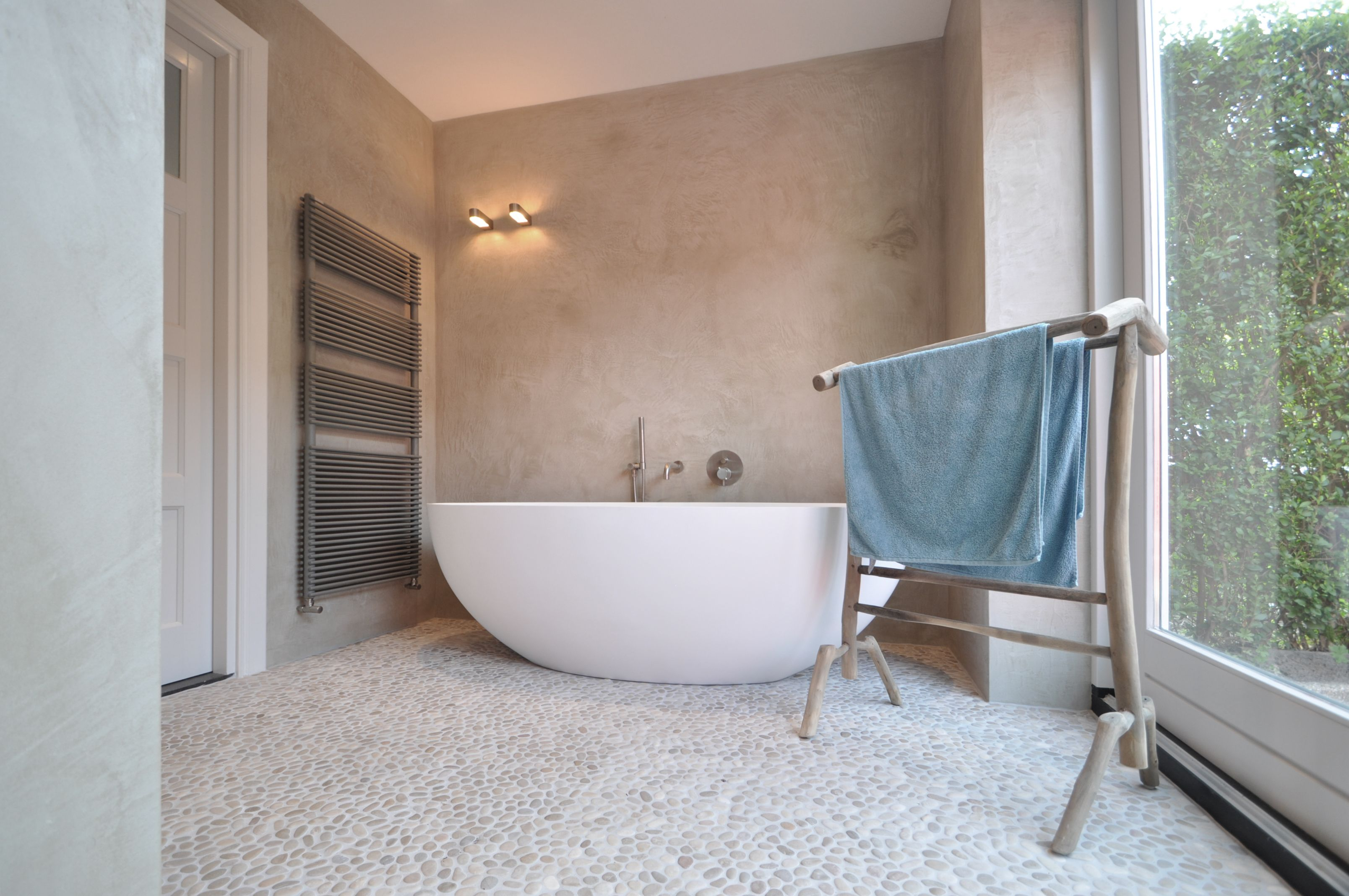 Modern interieur betonstuc: betonvloer met betonstuc en hout cocinas