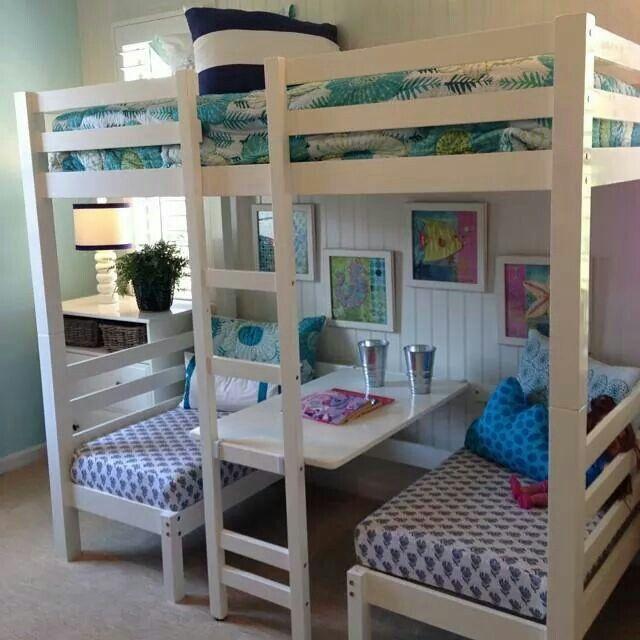 hochbett und bequemer spieltisch in einem selbermach ideen pinterest kinderzimmer bett. Black Bedroom Furniture Sets. Home Design Ideas
