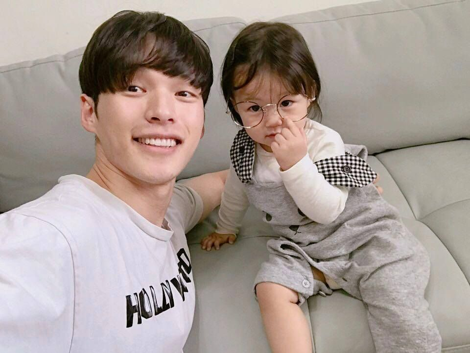 Young Korean Goes Viral For His Idol Level Visual Daddy And Son Cute Asian Babies Ulzzang Kids