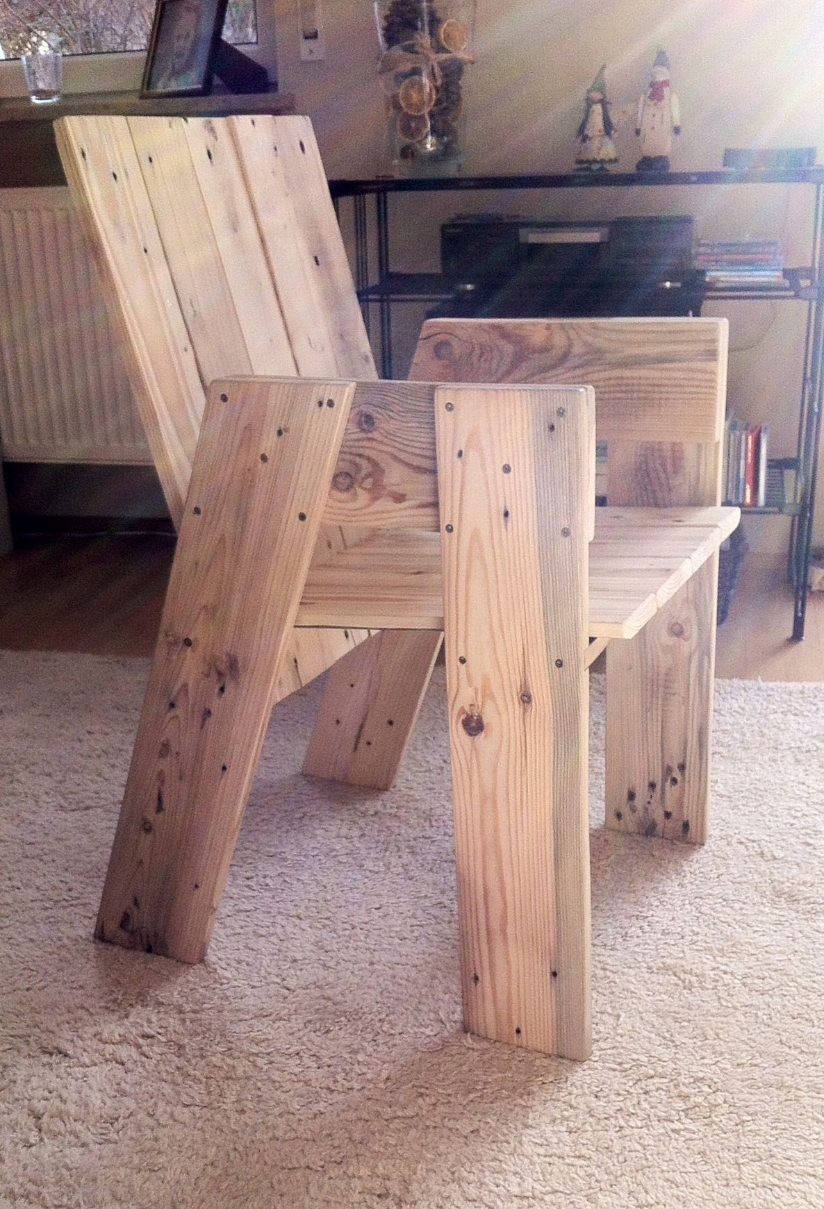 Cadeira Pallet furniture chair made from one euro pallet How on earth is the back panel supported on this I just can t work it out & that sannoying me