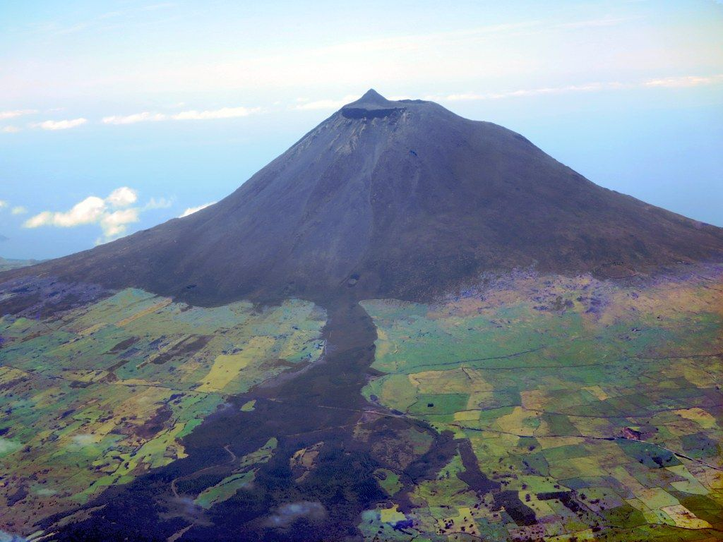 At 2,351 meters Mount Pico on Pico Island in the Azores is the highest  mountain in Portugal. In 1718 a lava flow down the volcano reac… | Açores  ilhas, Açores, Ilha