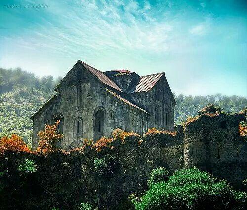 Akhtala monasterio - Monasterio en Armenia El monasterio de Ajtala es un monasterio fortificado del siglo X localizado en las proximidades del pueblo de Ajtala, en el marz de Lorri, 185 kilómetros al norte de Ereván. El monasterio, antiguamente calcedonio, está actualmente inactivo