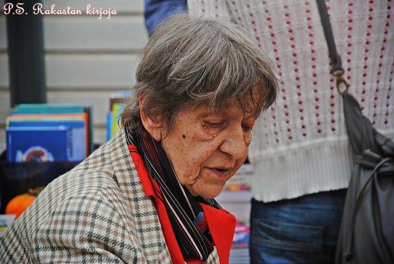 P.S. Rakastan kirjoja -blogin hieno runsaasti kuvitettu raportti 2014 Annikin Runofestivaaleilta osa 2.