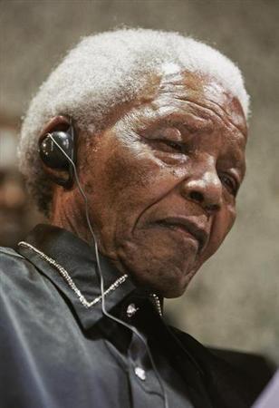 """Nelson Mandela réagit """"positivement"""" à son traitement - http://www.andlil.com/nelson-mandela-reagit-positivement-a-son-traitement-106151.html"""