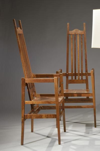 paire de fauteuils en chne haut dossier barreaux verticaux et assise cubique h 142 cm l 50 cm p 43 cm modle cr pour une maison