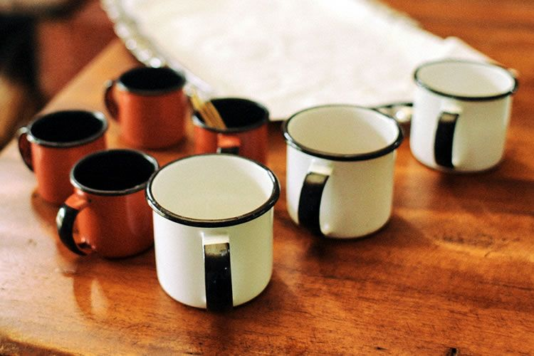 Frases sobre café: Una buena taza de su negro licor, bien preparado, contiene tantos problemas y tantos poemas como una botella de tinta.. Rubén Darío Si n