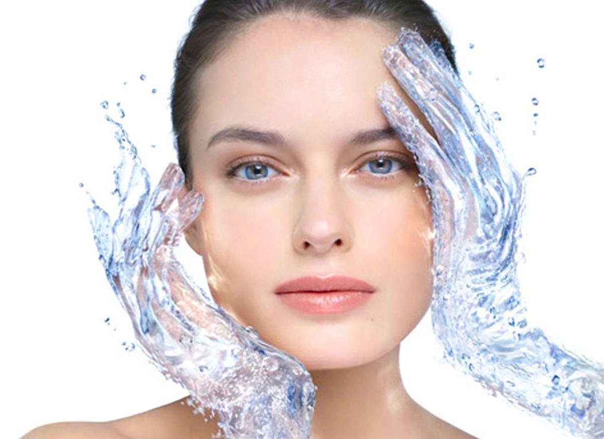 Απαραίτητη για το λιπαρό δέρμα η ενυδάτωση, παρόλο που η λιπαρότητα του αποτελεί ένα φυσικό τρόπο ενυδάτωσης.
