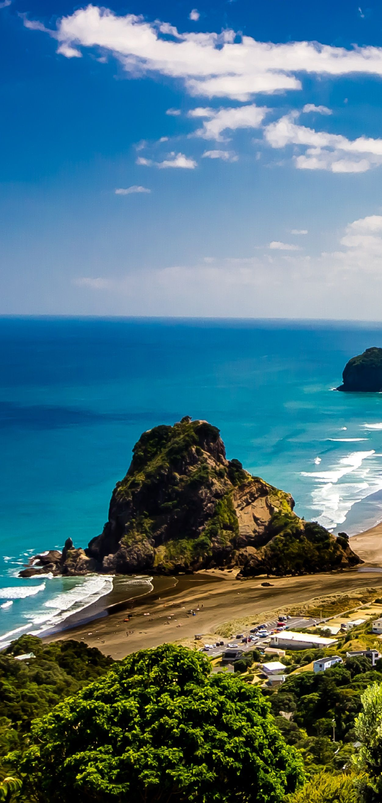 Lion Rock Piha New Zealand very popular west side beach for surfing and Nordinsel Von NeuseelandStrand